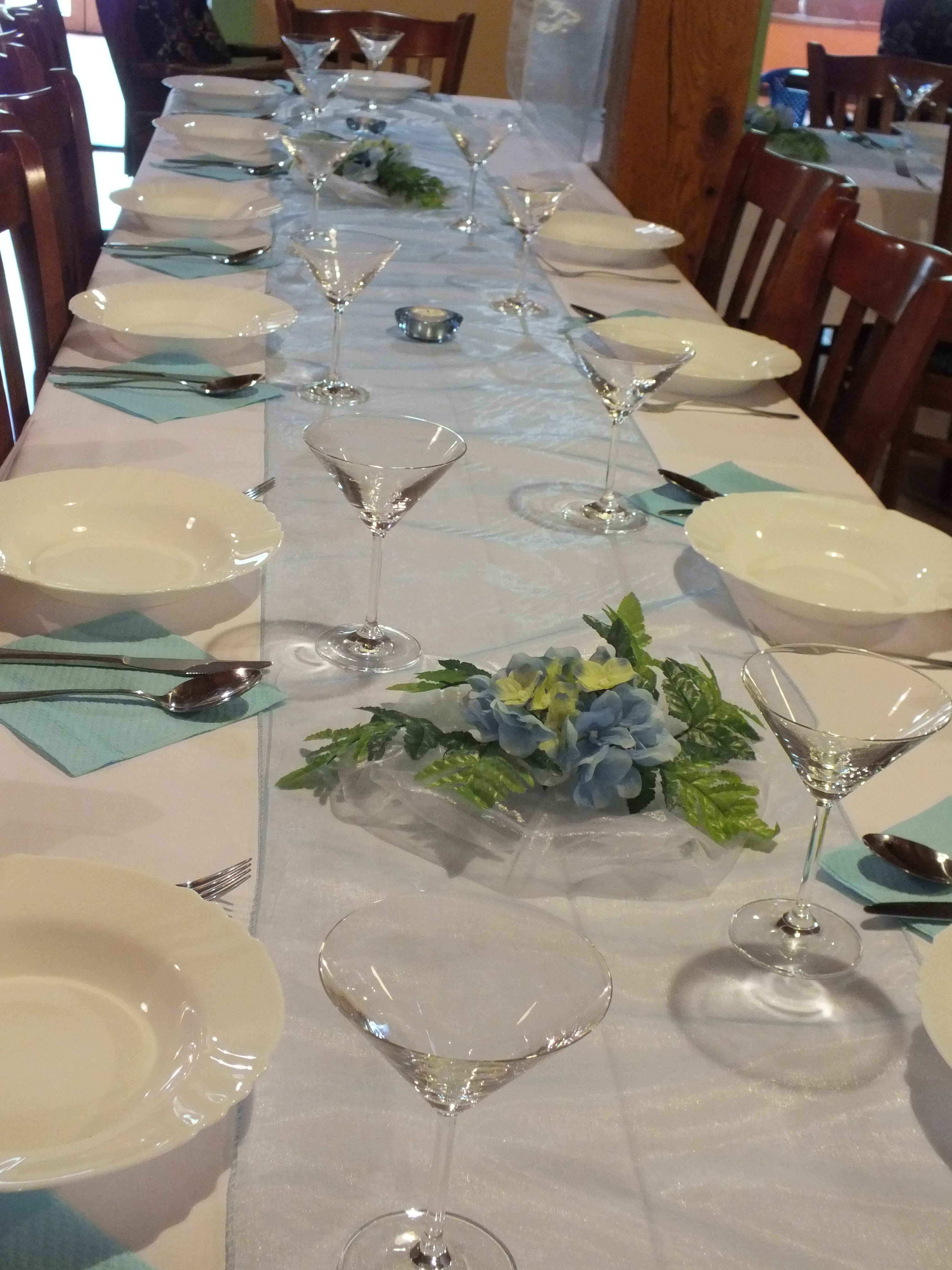 Chcete oslavovať? Chystáte firemné stretnutie, oslavu, alebo večierok? Radi Vám zabezpečíme jedlá, nápoje a kompletný stravovací servis v priestoroch nášho penziónu. Postaráme sa o Vás na: svadbách rodinných oslavách firemných stretnutiach posedeniach promóciach večierkoch karoch ďalších súkromných a pracovných príležitostiach i verejných akciách K dispozícií: Spoločenská miestnosť s kapacitou 48 osôb, denný bar, zimná terasa.